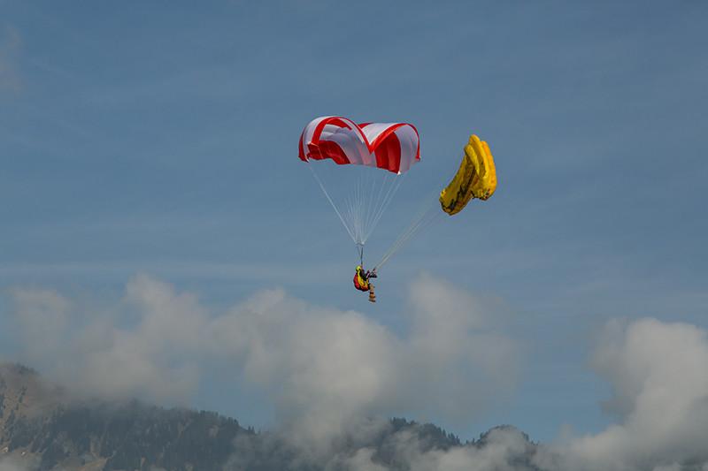 Paraquedas Beamer branco e vermelho aberto