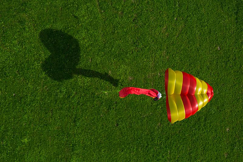 Paraquedas Beamer amarelo e vermelho aberto