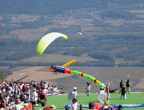 Parapente decolando com fantasia na Coupe Icare