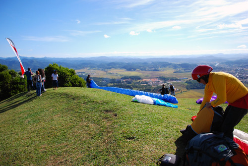 Piloto se preparando para decolar na rampa de Gaspar em Santa Catarina