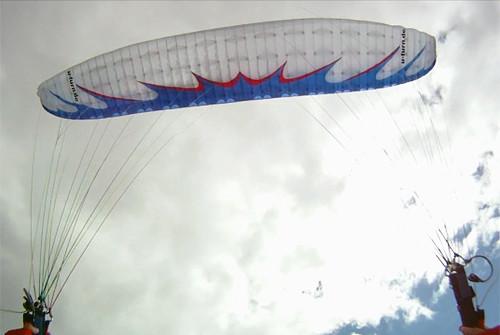 Parapente branco durante um Helicóptero abordo
