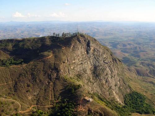 Imagem aérea do Pico da Ibiturona em Governador Valadares em Minas Gerais