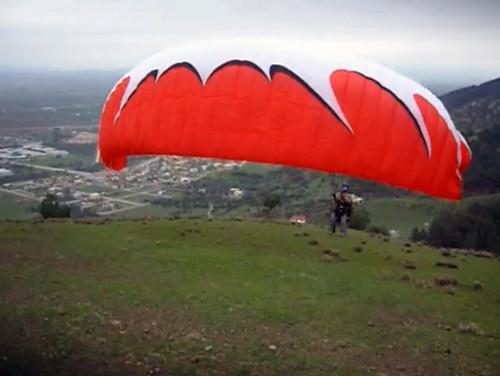 Parapente inflando para decolar