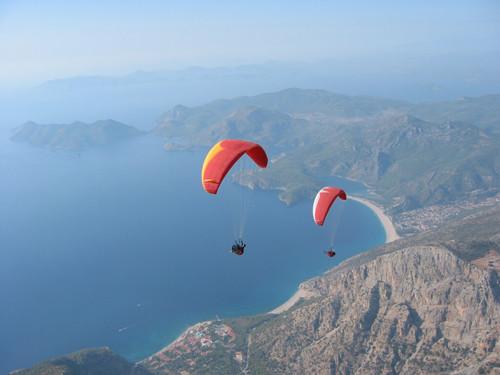 Parapentes voando em Olüdeniz na Turquia