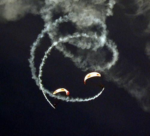 Parapentes em espiral sincro com fumaça