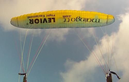 Parapente amarelo voando na Velocidade Mínima abordo