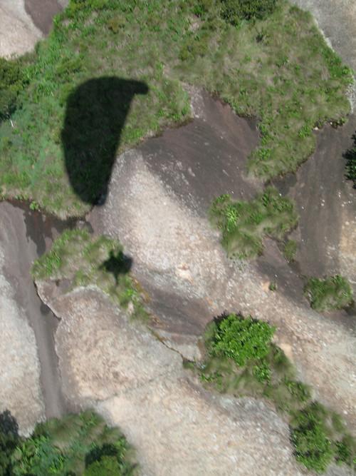 Sombra do parapente duplo na pedra
